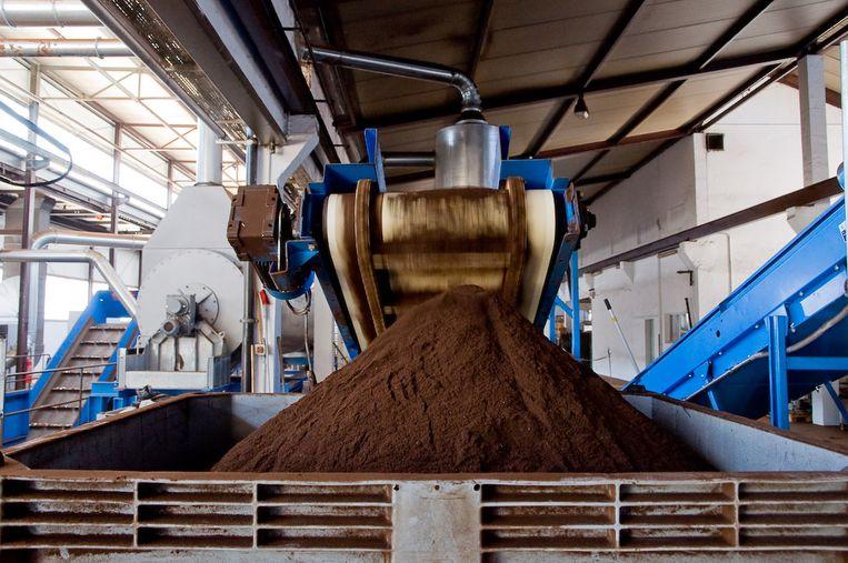 Nespresso recyclagefabriek:  de koffieresten worden gescheiden en omgezet in biobrandstof voor lokale bussen en in compost voor de landbouwsector. Beeld Nespresso