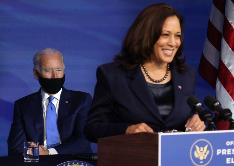 Amerikaans president elect Joe Biden kijkt toe terwijl toekomstig vicepresident Kamala Harris nieuwe benoemingen aankondigt. Beeld Getty Images