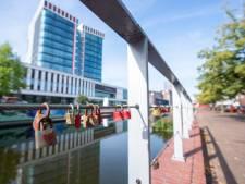 Stil eerbetoon op Almelose brug; herdenkingsslotjes voor geliefden die aan kanker zijn overleden