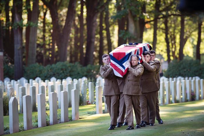 De Britse soldaten Harold Lewis uit Hertford en Donald Noble uit Leeds zijn met militaire eer bijgezet op de Airborne Begraafplaats in Oosterbeek.