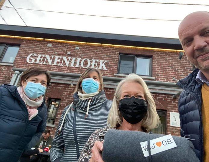 Burgmeester Bart Clerckx en partijgenoten gingen langs bij maar liefst 22 horecazaken om verwarmende dekentjes uit te delen.