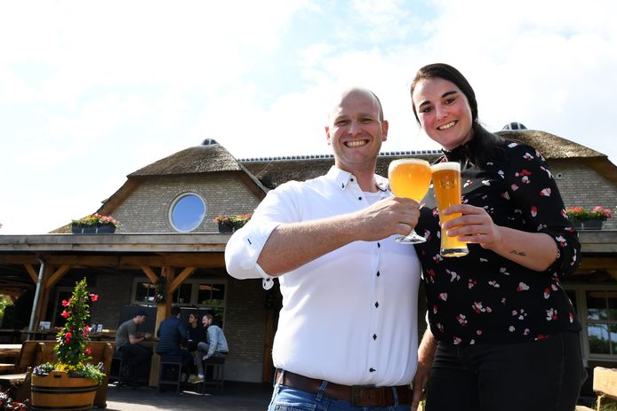 """Broer en zus Van Beurden hebben een hectisch eerste jaar in Den Hemel afgesloten. ,,Kom maar op met die tweede zomer"""", aldus Pim."""