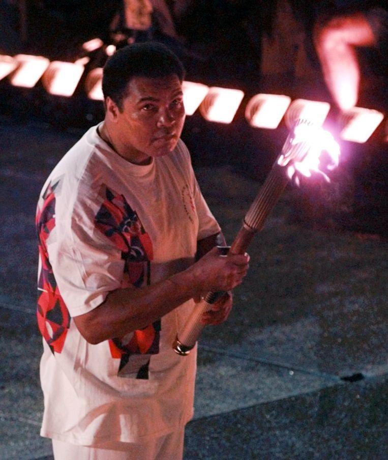 Muhammad Ali met de olympische vlam. Beeld ap