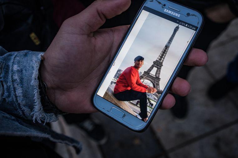 De jonge Afghaan Boss toont een foto van een vriend die 'het gemaakt heeft' in Parijs.   Beeld Zolin Nicola