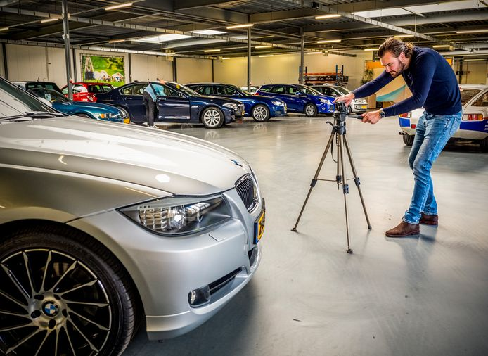De verkoop van tweedehandsauto's zit flink op slot in de regio Rotterdam. Bij Autohuis Capelle merken ze dat ook. Verkoopmedewerker Roy zet een occasion op de foto.