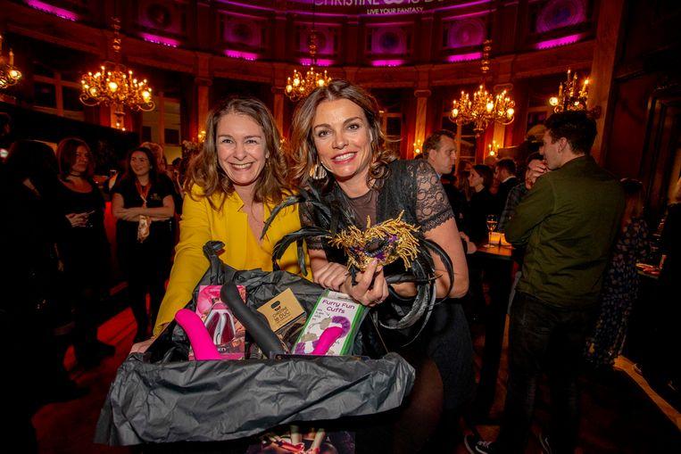 CEO Audrey Van Ham en Goedele stellen trots hun seksspeeltjes voor.