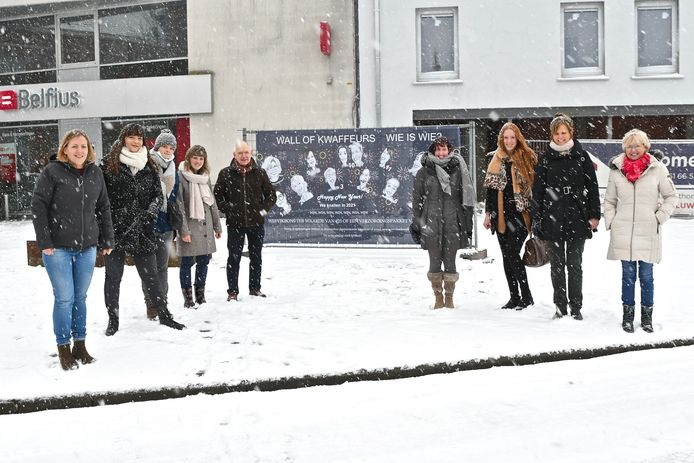 Een deel van de kappers en kapsters trotseerden de sneeuwbuien voor een fotomoment. Tweede van links staat Sharon Braye.