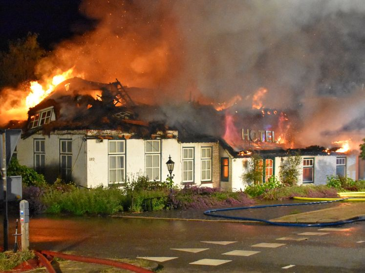 Zeer grote brand verwoest hotel Wanneperveen
