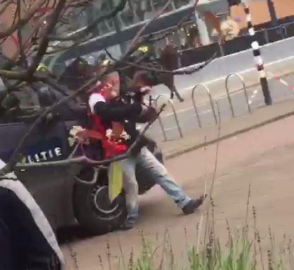 Het moment dat de ME-bus de Feyenoordfan van de voeten rijdt.