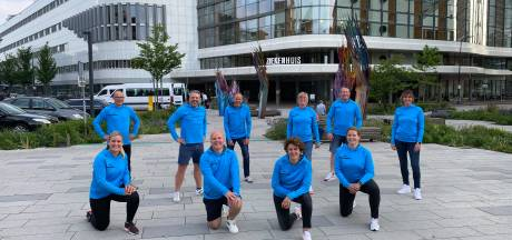 Groep Enschedeërs wandelt de nacht door om geld in te zamelen voor de Huiskamer van het MST