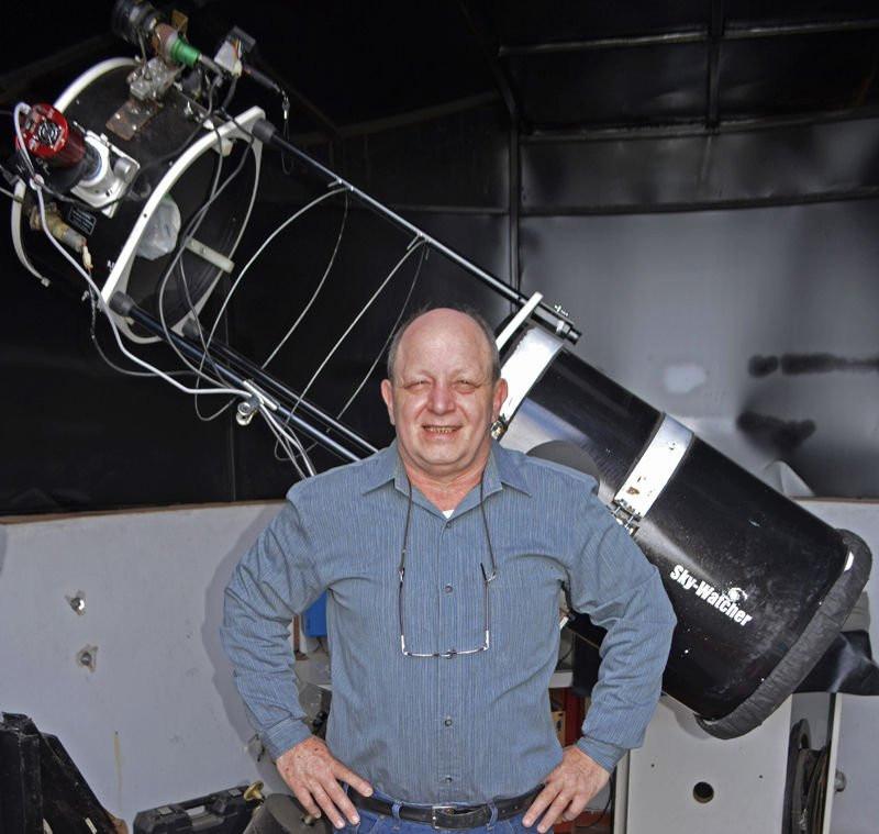 De Argentijnse astronoom bouwde deze telescoop zelf op zijn dak.