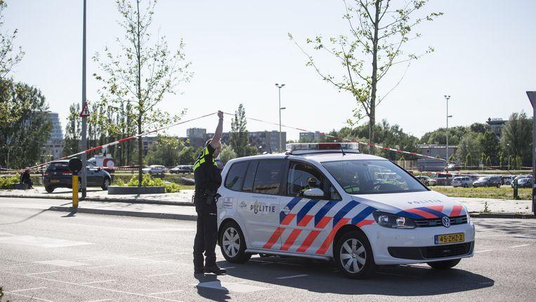 Politieagenten voor de vestiging van supermarktketen Jumbo in het Euroborg complex. Beeld anp