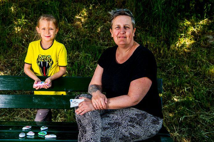 Jeanien de Gast, geflankeerd door haar dochter, vorig jaar kort na de start van haar initiatief Happy Stones Goeree-Overflakkee. Nu een jaar later maken talrijke mensen mooie stenen. Die laten zij ergens in de natuur achter op Goeree-Overflakkee en ver daarbuiten.