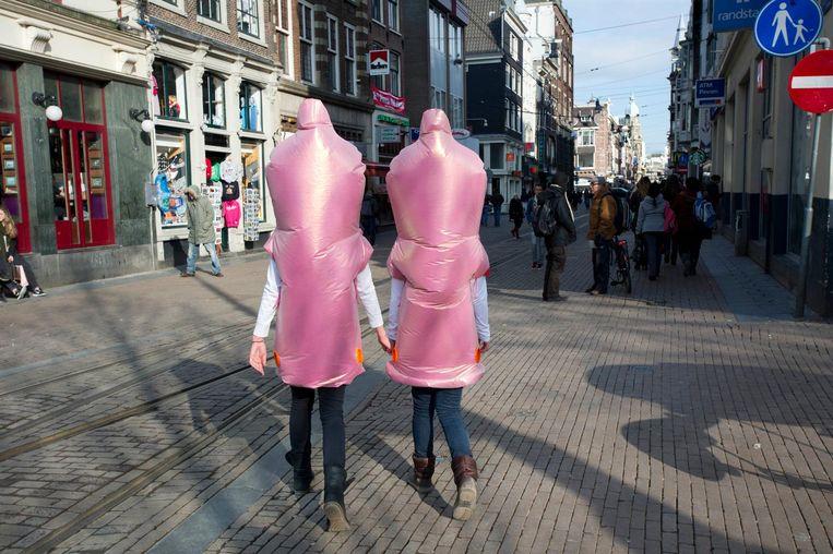 Condoomuitdeelactie op International Condom Day. Beeld ANP