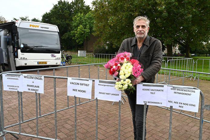 Hugo Schel vertegenwoordigt met zijn aanwezigheid naar eigen zeggen 'de zwijgende meerderheid'. Later zal hij de GGD-teamleider bedanken met bloemen.