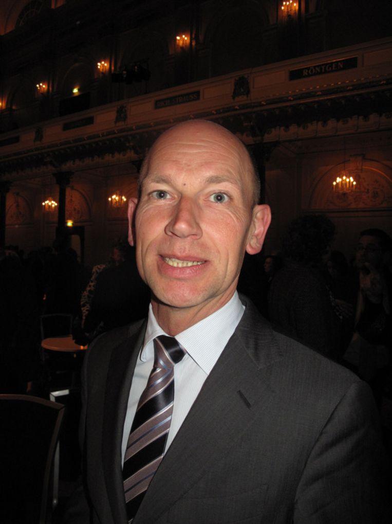 Gemeentesecretaris Henk de Jong praat niet graag, maar draagt het liefst felgekleurde stropdassen. Beeld null