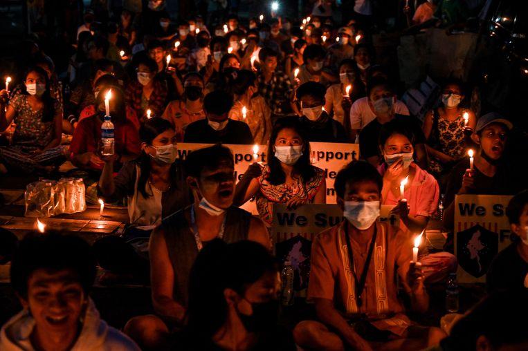 Betogers op straat in Yangon, de grootste stad van Myanmar. Beeld AFP