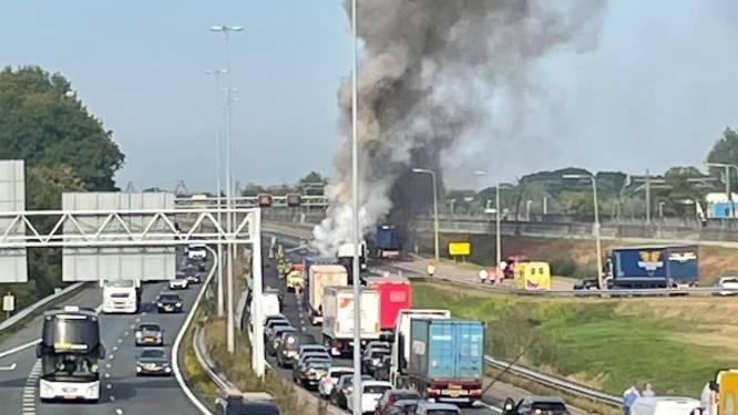 Vrachtwagen vliegt in brand op A15 bij Gorinchem; weg richting Rotterdam nacht dicht voor herstel
