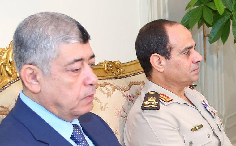Mohamed Ibrahim (links) met generaal al-Sisi. Beeld REUTERS