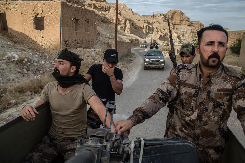 Een hashd-konvooi, onderweg naar de Iraaks-Syrische grens. Beeld Hawre Khalid