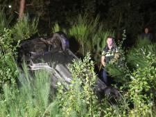 Auto raakt van weg en komt op dak in berm N261 bij Kaatsheuvel terecht, bestuurder raakt gewond