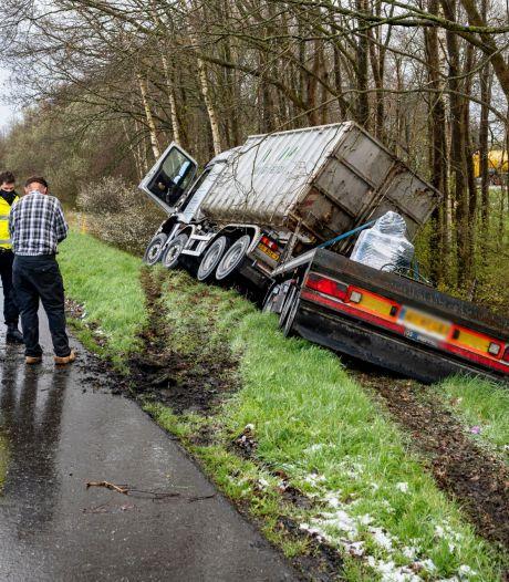 Vrachtwagen rijdt de berm in naast A59 bij Made, toerit tijdelijk afgesloten