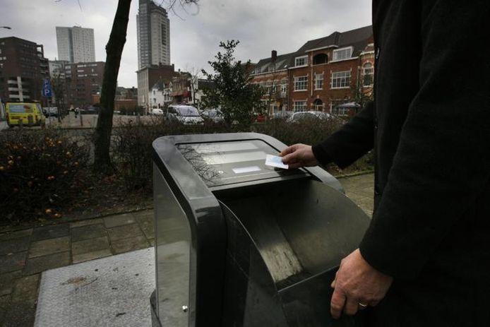 De afvalcontainer op het Wilhelminaplein gaat moeiteloos open met de ov-chipkaart. foto Jurriaan Balke