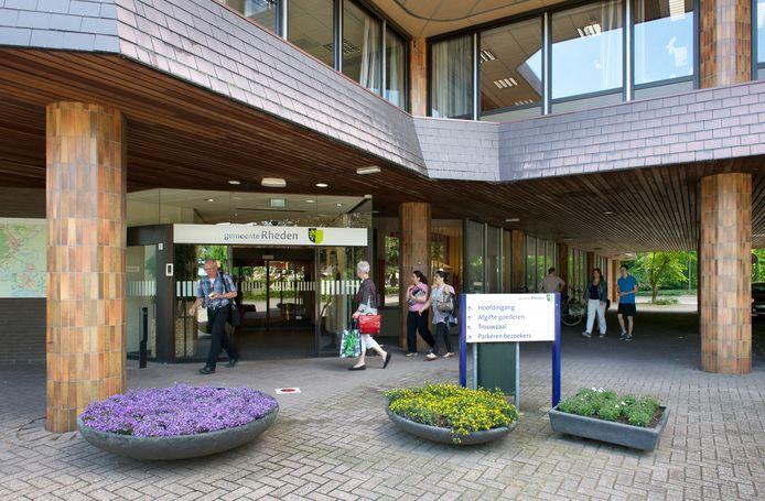 De entree van het Rhedense gemeentehuis in De Steeg.