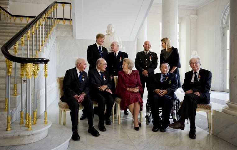 In 2010 ontmoeten zes verzetsstrijders de koninklijke familie. Onder hen Van den Hoek (voorste rij, links) Beeld ANP