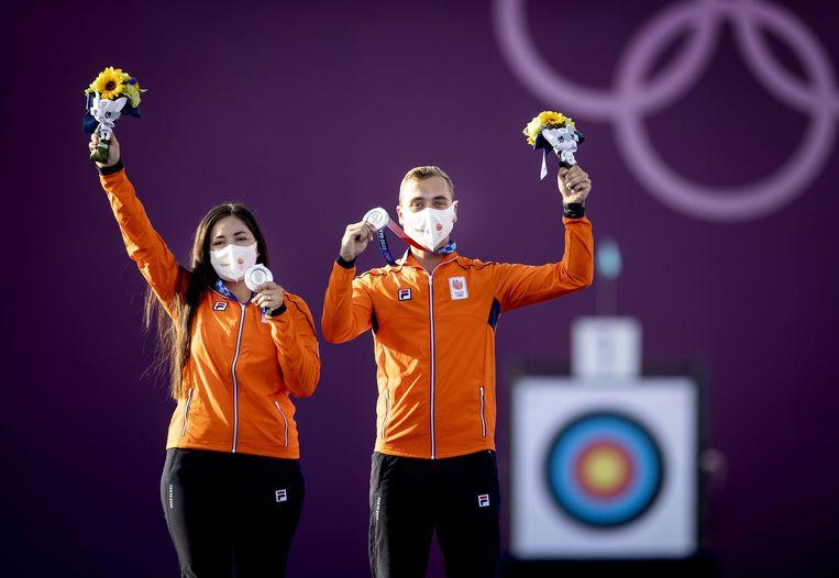 Gabriela Schloesser en Steve Wijler (R) met de zilveren medialle na afloop van de finale van het handboogschieten gemixt. Beeld ANP