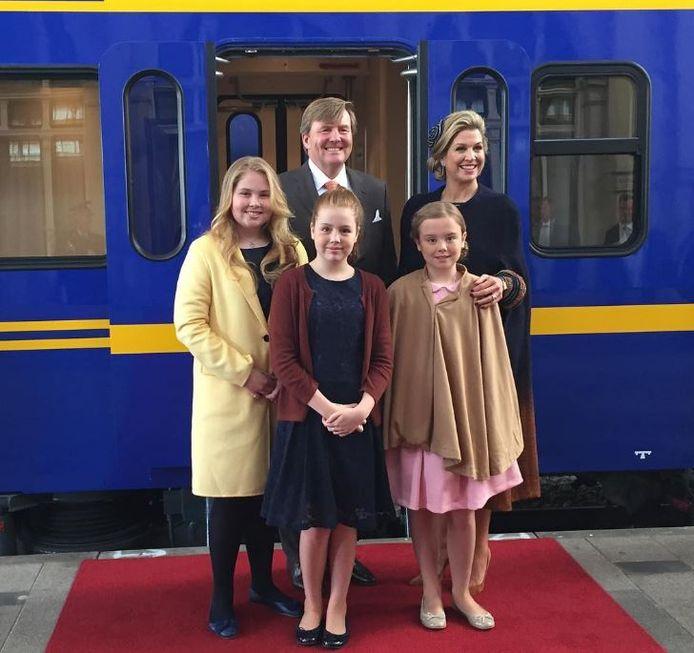 De koninklijke familie poseert nog even in Den Haag voordat de reis naar Tilburg begint.