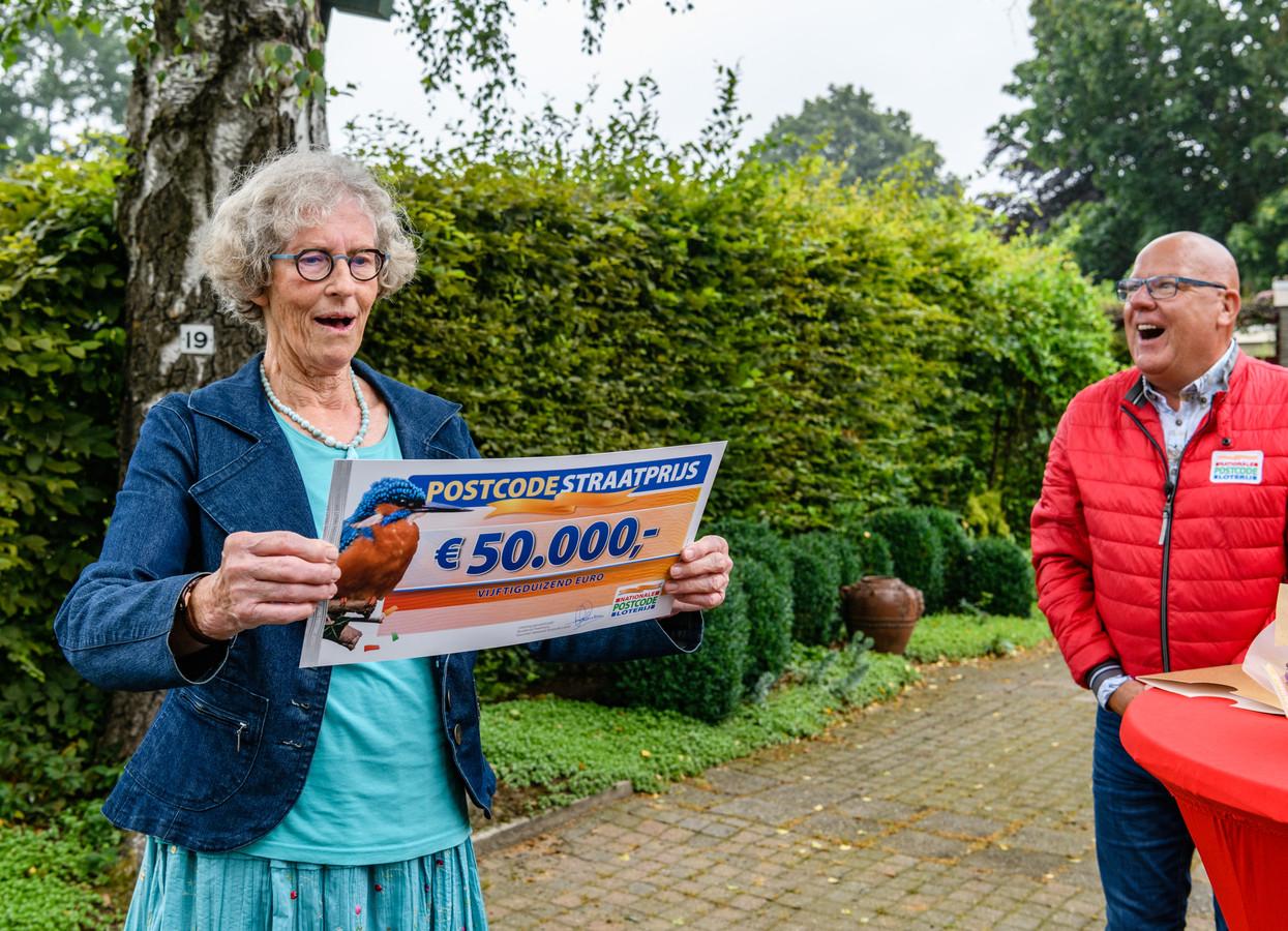 Tjitske Zijlstra krijgt een cheque van 50.000 euro van de Postcode Loterij overhandigd door Gaston Starreveld.