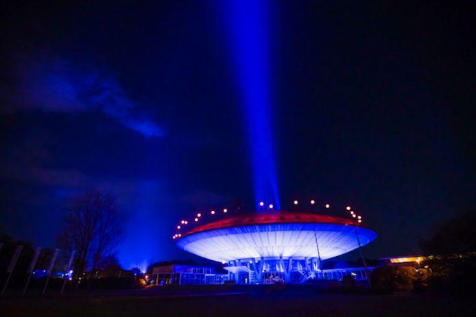 Glow laat de lucht paars en blauw kleuren in Eindhoven.
