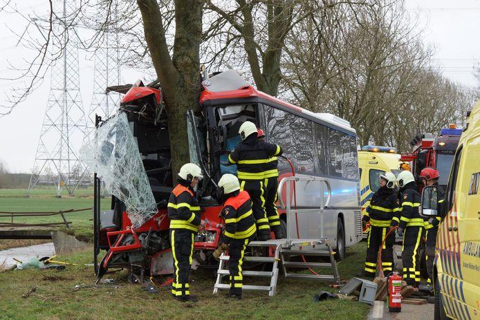 Het ongeluk in 's-Gravenmoer, waar een bus frontaal op een boom is gereden.