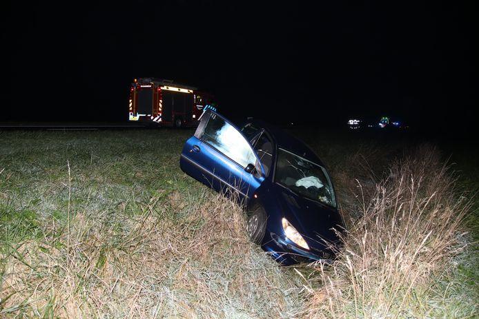 Een van de betrokken auto's eindigde in een sloot, de andere tientallen meters verderop in de berm.