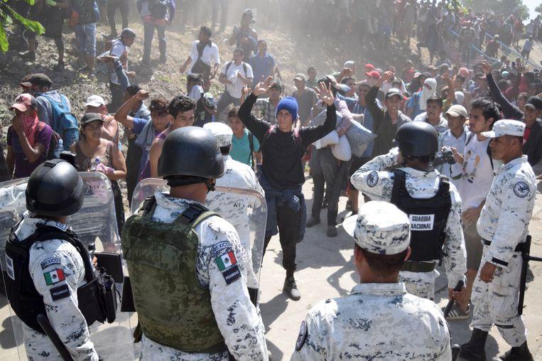 Gardisten houden migranten tegen in de Mexicaanse grensplaats Ciudad Hidalgo om te voorkomen dat ze doortrekken naar de Amerikaanse grens.  Beeld REUTERS