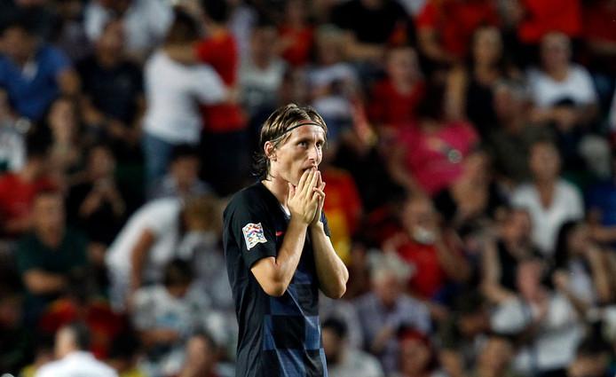 Luka Modric is de wanhoop nabij na Spanje's vierde treffer tegen Kroatië. Uiteindelijk ging de verliezend WK-finalist met 6-0 onderuit.