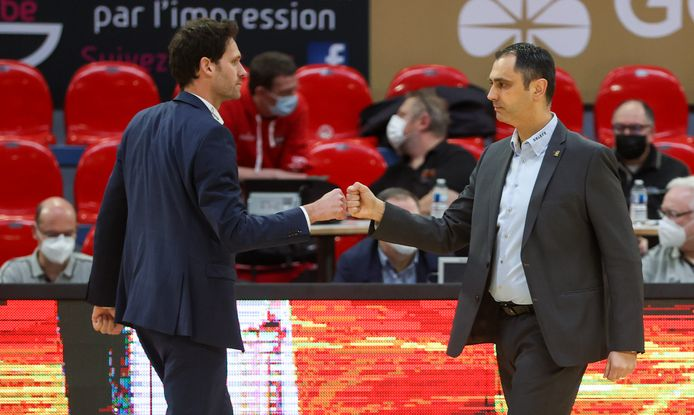 Coach Dario Gjergja van Oostende wint ook het vierde duel dit seizoen met het Charleroi van Sam Rotsaert (l.).