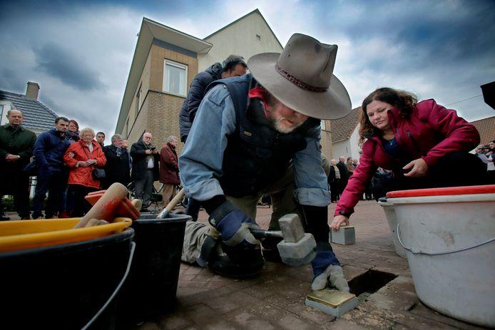 Vijftien 'struikelstenen', gistermiddag gelegd door de Duitse beeldend kunstenaar Gunter Demnig die het project deze eeuw opzette, herinneren aan de vijftien Joodse oorlogsslachtoffers van drie families: Kleinkramer, Zwarenstein en Van Coevorden.