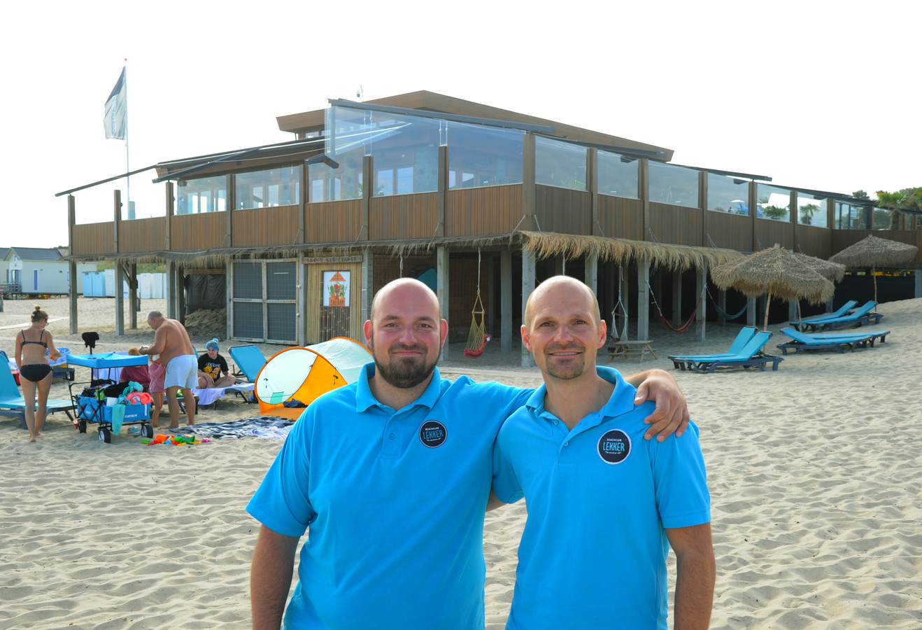 Stephan (links) en Ricardo Soolsma met op de achtergrond het beste strandpaviljoen van Nederland.