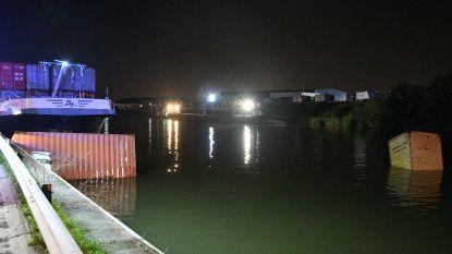 Schip vaart tegen brug: drie containers vallen in het water