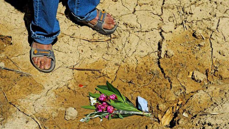 Op de plek waar de politie de lichamen van oud-volleybalster Ingrid Visser en haar partner Lodewijk Severein heeft aangetroffen liggen bloemen. Beeld anp