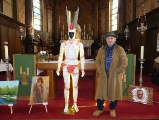 Koen zet lichtgevende paus voor het altaar in kerk van  Astene