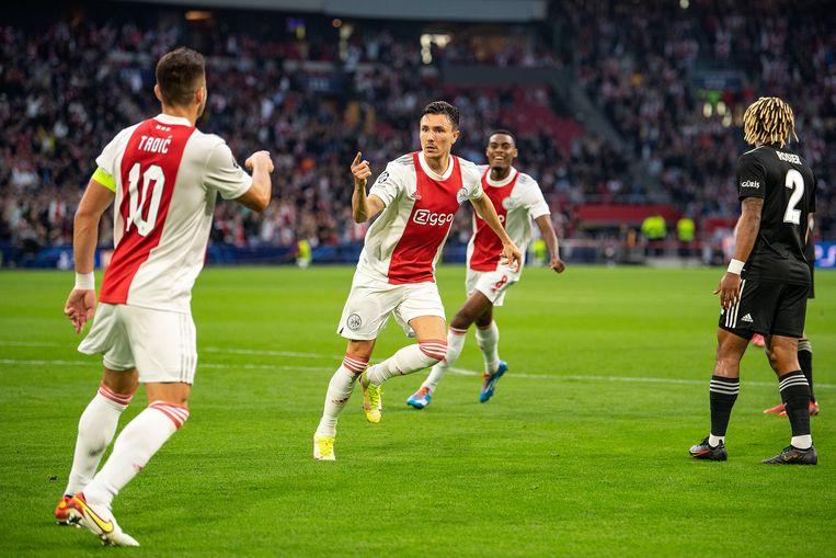 Dusan Tadic en Steven Berghuis na de 1-0. Beeld Guus Dubbelman / de Volkskrant