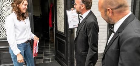 Docenten van Gymnasium Bernrode gaan zelf de deuren langs om  geslaagden persoonlijk te feliciteren, in Oss komen leerlingen toch naar school