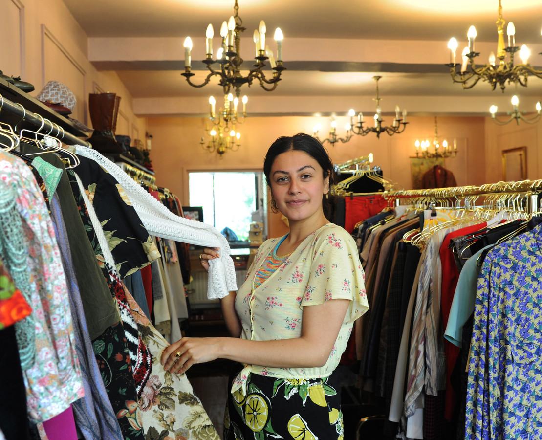 Safa Taher verkoopt vintage kleding in de Sint Jacobsstraat.