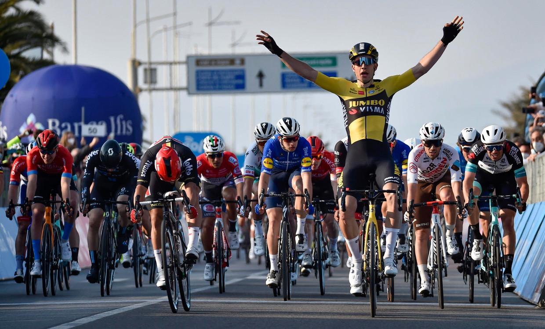 Wout van Aert is de snelste in de eerste rit van de Tirreno-Adriatico. Beeld Photo News