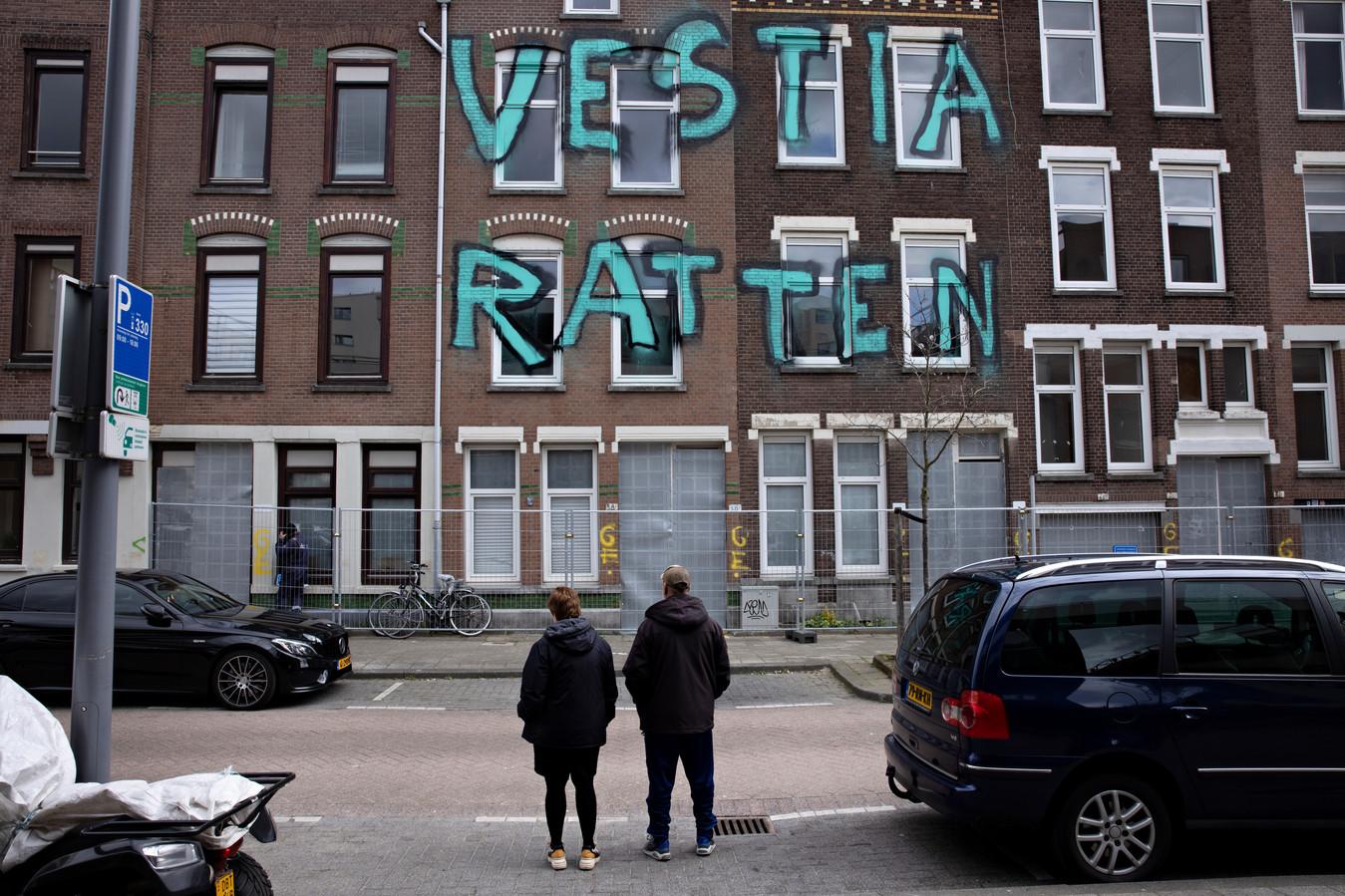 Onder meer in de Tweebosbuurt in Rotterdam-Zuid worden woningen gesloopt, tot woede van de bewoners.