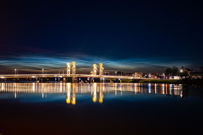 Oplichtende nachtwolken kleurden woensdagnacht de lucht boven Kampen.