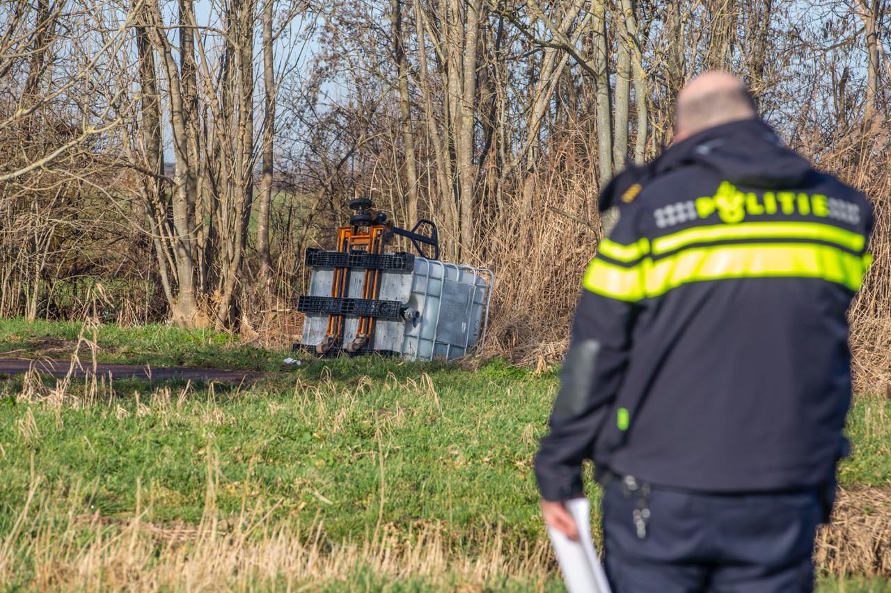 Op de Bosdijk bij Kockengen ligt een vat met daarin mogelijk drugsafval.